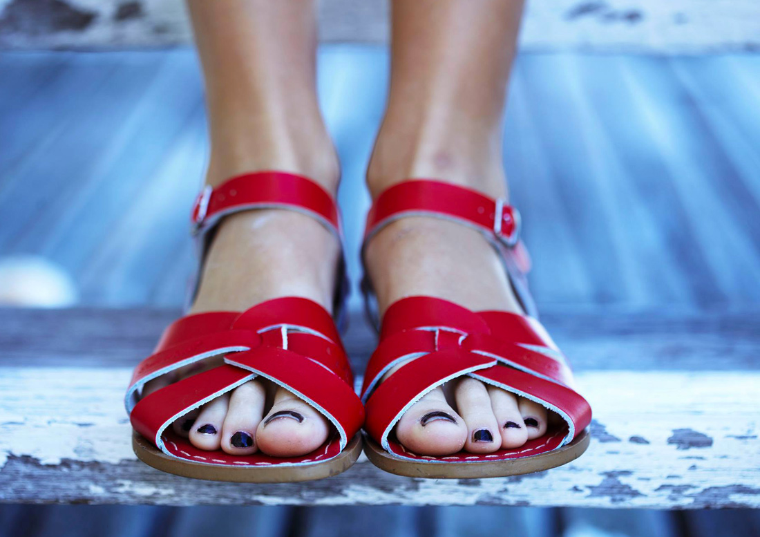 salt-water-sandal-red-women-torbole-sul-garda1100x777